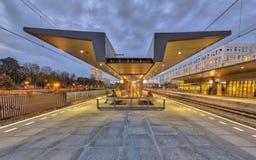 Σύγχρονος σταθμός τρένου πλατφορμών Στοκ εικόνα με δικαίωμα ελεύθερης χρήσης