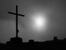 Σύγχρονος σταυρός σιδήρου σε μια κορυφή βουνών στις Άλπεις Το μνημείο στα θύματα των βουνών σε μια αιχμή βουνών όπως χαρακτηριστι Στοκ Εικόνες