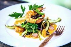Σύγχρονος στιλίστας τροφίμων που διακοσμεί το γεύμα για την παρουσίαση στο εστιατόριο στοκ εικόνα