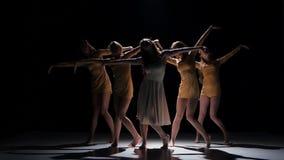 Σύγχρονος σύγχρονος χορός χορού έναρξης πέντε όμορφος κοριτσιών, στο Μαύρο, σκιά απόθεμα βίντεο