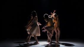 Σύγχρονος σύγχρονος χορός χορού πέντε όμορφος κοριτσιών, στο Μαύρο, σκιά απόθεμα βίντεο