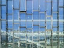Σύγχρονος τοίχος γυαλιού αρχιτεκτονικής που χτίζει το αφηρημένο υπόβαθρο Στοκ Φωτογραφία