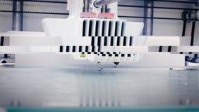 Σύγχρονος τρισδιάστατος εκτυπωτής που προετοιμάζεται να τυπώσει το νέο πλαστικό αντικείμενο απόθεμα βίντεο