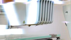 Σύγχρονος τρισδιάστατος εκτυπωτής που προετοιμάζεται να τυπώσει το νέο πλαστικό αντικείμενο φιλμ μικρού μήκους