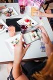 Σύγχρονος τρόπος ζωής στον καφέ Κοινωνική εικόνα μέσων στοκ εικόνες