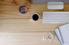 Σύγχρονος υπολογιστής γραφείου χώρου εργασίας στην ξύλινη ουσία πινάκων και γραφείων στοκ φωτογραφίες