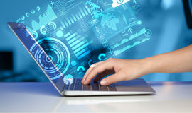 Σύγχρονος φορητός υπολογιστής με τα μελλοντικά σύμβολα τεχνολογίας Στοκ Φωτογραφίες