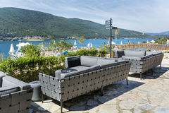Σύγχρονος φραγμός με τους γκρίζους καναπέδες και σύγχρονο εσωτερικό Στοκ εικόνες με δικαίωμα ελεύθερης χρήσης