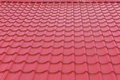 Σύγχρονος φωτεινός βαθύς - κόκκινο στιλπνό υπόβαθρο σύστασης επικεράμωσης στεγών στοκ φωτογραφία