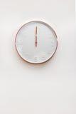 Σύγχρονος χαλκός και άσπρο διακοσμητικό ρολόι τοίχων στοκ εικόνες