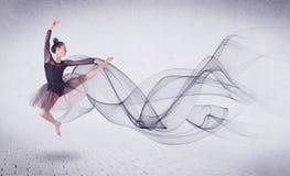 Σύγχρονος χορευτής μπαλέτου που αποδίδει με τον αφηρημένο στρόβιλο στοκ εικόνες με δικαίωμα ελεύθερης χρήσης