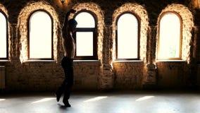 Σύγχρονος χορευτής μπαλέτου που ασκεί στο στούντιο απόθεμα βίντεο