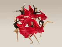 Σύγχρονος χορευτής μπαλέτου που χορεύει στο πλήρες σώμα στο άσπρο υπόβαθρο στούντιο στοκ εικόνα με δικαίωμα ελεύθερης χρήσης