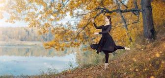 Σύγχρονος χορευτής μπαλέτου στο πάρκο φθινοπώρου στοκ φωτογραφίες