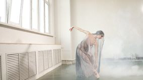 Σύγχρονος χορευτής μπαλέτου στο φυσικό ρέοντας κοστούμι που επιλύει στο στούντιο απόθεμα βίντεο