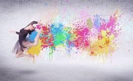 Σύγχρονος χορευτής οδών που πηδά με τους ζωηρόχρωμους παφλασμούς χρωμάτων Στοκ εικόνες με δικαίωμα ελεύθερης χρήσης