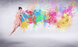 Σύγχρονος χορευτής οδών που πηδά με τους ζωηρόχρωμους παφλασμούς χρωμάτων Στοκ Φωτογραφία
