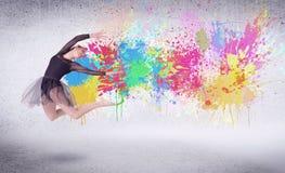 Σύγχρονος χορευτής οδών που πηδά με τους ζωηρόχρωμους παφλασμούς χρωμάτων Στοκ εικόνα με δικαίωμα ελεύθερης χρήσης