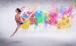 Σύγχρονος χορευτής οδών που πηδά με τους ζωηρόχρωμους παφλασμούς χρωμάτων Στοκ φωτογραφίες με δικαίωμα ελεύθερης χρήσης