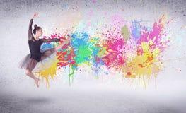 Σύγχρονος χορευτής οδών που πηδά με τους ζωηρόχρωμους παφλασμούς χρωμάτων Στοκ Εικόνα