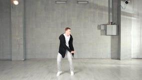 Σύγχρονος χορευτής ύφους που εκτελεί τις κινήσεις χορού απόθεμα βίντεο