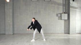 Σύγχρονος χορευτής ύφους που επιλύει στο υπόβαθρο στούντιο φιλμ μικρού μήκους