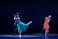 Σύγχρονος χορός: μια γυναίκα που φορά ένα cheongsam Στοκ Εικόνες