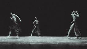 Σύγχρονος χορός στο σκηνικό θέατρο στοκ εικόνες με δικαίωμα ελεύθερης χρήσης