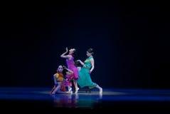 Σύγχρονος χορός: τρία μια γυναίκα που φορά ένα cheongsam Στοκ Φωτογραφία
