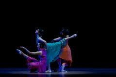 Σύγχρονος χορός: τρία μια γυναίκα που φορά ένα cheongsam Στοκ Εικόνες
