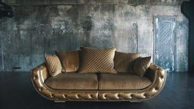Σύγχρονος χρυσός καναπές δέρματος στη σοφίτα στο υπόβαθρο απόθεμα βίντεο