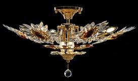 Σύγχρονος χρυσός πολυέλαιος που απομονώνεται στο μαύρο υπόβαθρο Ο πολυέλαιος κρυστάλλου διακόσμησε τα ηλέκτρινα κρύσταλλα Στοκ εικόνα με δικαίωμα ελεύθερης χρήσης