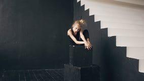 Σύγχρονος όμορφος σύγχρονος χορός απόδοσης χορευτών έφηβη στην αίθουσα χορού στο εσωτερικό Στοκ εικόνες με δικαίωμα ελεύθερης χρήσης