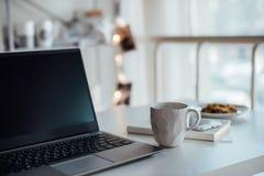 Σύγχρονο άσπρο γραφείο, χειροποίητο φλυτζάνι σχεδιαστών με τον καφέ, smartpho στοκ φωτογραφίες