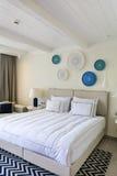 Σύγχρονο άσπρο εσωτερικό κρεβατοκάμαρων ξενοδοχείων στοκ εικόνες με δικαίωμα ελεύθερης χρήσης