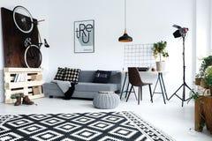 Σύγχρονο, άσπρο διαμέρισμα με τον καναπέ Στοκ φωτογραφία με δικαίωμα ελεύθερης χρήσης
