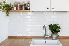 Σύγχρονο άσπρο Σκανδιναβικό ύφος κουζινών στοκ φωτογραφία με δικαίωμα ελεύθερης χρήσης