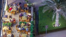 Σύγχρονο ανάχωμα timelapse με το φραγμό, τον καφέ και το εστιατόριο στη διάσημη μαρίνα του Ντουμπάι απόθεμα βίντεο