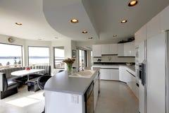 Σύγχρονο αναζωογονώντας εσωτερικό κουζινών Στοκ Εικόνες