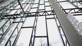 Σύγχρονο ανώτατο όριο λεπτομέρεια-γυαλιού αρχιτεκτονικής στο κτίριο γραφείων steadicam πυροβολισμός απόθεμα βίντεο