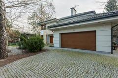 Σύγχρονο αποσυνδεμένο σπίτι με το γκαράζ Στοκ εικόνα με δικαίωμα ελεύθερης χρήσης