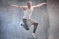 Σύγχρονο αρσενικό άλμα χορευτών Στοκ φωτογραφία με δικαίωμα ελεύθερης χρήσης