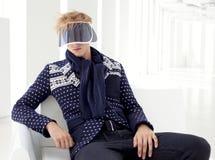 Σύγχρονο αρσενικό μοντέλο με το φουτουριστικό γείσο sci-FI Στοκ Φωτογραφίες