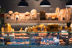 Σύγχρονο αρτοποιείο με την κατάταξη του ψωμιού στοκ εικόνα