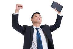 Σύγχρονο ασιατικό χέρι επιχειρηματιών που κρατά τον ψηφιακό εορτασμό ταμπλετών επιτυχή Επιχειρηματίας ευτυχής και χαμόγελο Στοκ Εικόνα