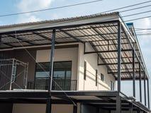 Σύγχρονο αστικό σπίτι στο χρόνο ανακαίνισης στοκ εικόνα με δικαίωμα ελεύθερης χρήσης