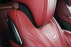 Σύγχρονο αυτοκίνητο πολυτέλειας μέσα Εσωτερικό του σύγχρονου αυτοκινήτου γοήτρου Άνετα κόκκινα καθίσματα δέρματος Κόκκινο διατρυπ Στοκ Φωτογραφία