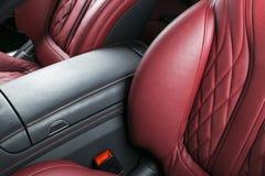 Σύγχρονο αυτοκίνητο πολυτέλειας μέσα Εσωτερικό του σύγχρονου αυτοκινήτου γοήτρου Άνετα κόκκινα καθίσματα δέρματος Κόκκινο διατρυπ Στοκ εικόνα με δικαίωμα ελεύθερης χρήσης