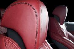 Σύγχρονο αυτοκίνητο πολυτέλειας μέσα Εσωτερικό του σύγχρονου αυτοκινήτου γοήτρου Άνετα κόκκινα καθίσματα δέρματος Κόκκινο διατρυπ Στοκ φωτογραφία με δικαίωμα ελεύθερης χρήσης