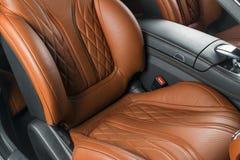 Σύγχρονο αυτοκίνητο πολυτέλειας μέσα Εσωτερικό του σύγχρονου αυτοκινήτου γοήτρου Άνετα κόκκινα καθίσματα δέρματος Διατρυπημένο πο Στοκ φωτογραφία με δικαίωμα ελεύθερης χρήσης